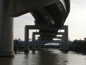 荒川と隅田川の短絡水路に入りました 上は向島行きの高速道路